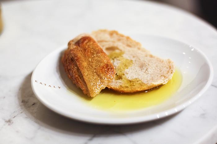 Brödbit med olivolja